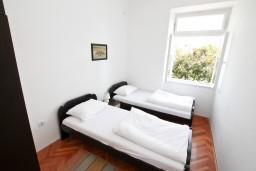 Спальня. Черногория, Дженовичи : Апартамент для 4-6 человек, с 2-мя отдельными спальнями, с балконом с видом на море, возле пляжа
