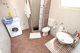 Ванная комната. Черногория, Дженовичи : Апартамент для 4-6 человек, с 2-мя отдельными спальнями, с балконом с видом на море, возле пляжа