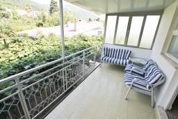 Терраса. Черногория, Дженовичи : Апартамент для 4-6 человек, с 2-мя отдельными спальнями, с балконом с видом на море, возле пляжа