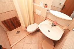 Ванная комната. Черногория, Росе : Уютный домик возле моря для  с террасой