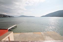 Вид на море. Черногория, Игало : Четырёхместная студия с балконом и прямым видом на море, с лежаками и зонтиком на частном пляже