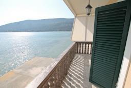 Балкон. Черногория, Игало : Четырёхместная студия с балконом и прямым видом на море, с лежаками и зонтиком на частном пляже