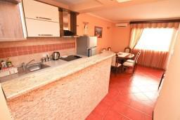 Гостиная. Черногория, Жанице / Мириште : Апартамент для 4-5 человек, с двумя отдельными спальнями, с балконом с видом на море, 80 метров до пляжа
