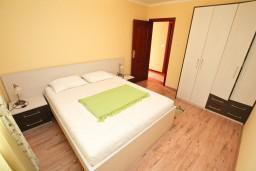 Спальня 2. Черногория, Жанице / Мириште : Апартамент для 4-5 человек, с двумя отдельными спальнями, с балконом с видом на море, 80 метров до пляжа