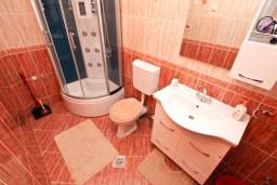 Ванная комната. Черногория, Жанице / Мириште : Апартамент для 4-5 человек, с двумя отдельными спальнями, с балконом с видом на море, 80 метров до пляжа