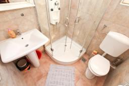 Ванная комната. Черногория, Жанице / Мириште : Студия для 2-3 человек с балконом с видом на море, 80 метров до пляжа