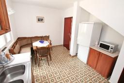 Кухня. Черногория, Росе : 2-х этажный апартамент для 6-7 человек, с 3-мя отдельными спальнями, с просторной гостиной, с большой кухней, с 2-мя террасами