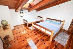 Спальня 2. Черногория, Утеха : Большой апартамент для 4-6 человек, с 2-мя отдельными спальнями, огромная общая терраса этажом ниже с шикарным видом на море