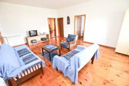 Гостиная. Черногория, Утеха : Большой апартамент для 4-6 человек, с 2-мя отдельными спальнями, с террасой и балконом с шикарным видом на море