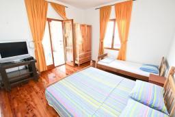 Спальня. Черногория, Утеха : Большой апартамент для 4-6 человек, с 2-мя отдельными спальнями, с террасой и балконом с шикарным видом на море