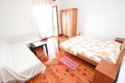 Спальня 2. Черногория, Утеха : Большой апартамент для 4-6 человек, с 2-мя отдельными спальнями, с террасой и балконом с шикарным видом на море