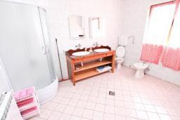 Ванная комната. Черногория, Утеха : Большой апартамент для 4-6 человек, с 2-мя отдельными спальнями, с террасой и балконом с шикарным видом на море