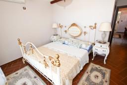 Спальня. Черногория, Бечичи : Роскошная 3-х этажная вилла, в Бечичи (Чучучи), площадью 220м2, с большой гостиной и кухней, с 3-мя отдельными спальнями, с 3-мя ванными комнатами, с бассейном, с большой террасой и 3-мя балконами с видом на море, с местом для барбекю.