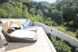 Территория. Черногория, Бечичи : Роскошная 3-х этажная вилла, в Бечичи (Чучучи), площадью 220м2, с большой гостиной и кухней, с 3-мя отдельными спальнями, с 3-мя ванными комнатами, с бассейном, с большой террасой и 3-мя балконами с видом на море, с местом для барбекю.