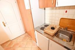 Кухня. Черногория, Сутоморе : Студия для 2-3 человек, с балконом с шикарным видом на море, возле пляжа