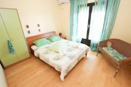 Спальня. Черногория, Будва : Апартамент для 8 человек, с 4-мя отдельными спальнями, с 3-мя ванными комнатами, с террасой и балконом с шикарным видом на море