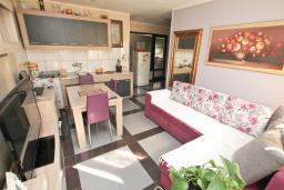 Гостиная. Черногория, Будва : Апартамент с гостиной и отдельной спальней в 200 метрах от моря
