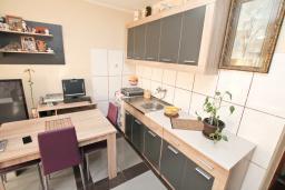 Кухня. Черногория, Будва : Апартамент с гостиной и отдельной спальней в 200 метрах от моря