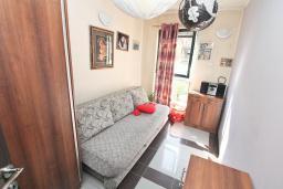 Спальня. Черногория, Будва : Апартамент с гостиной и отдельной спальней в 200 метрах от моря