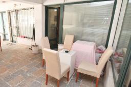 Терраса. Черногория, Будва : Апартамент с гостиной и отдельной спальней в 200 метрах от моря