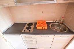 Кухня. Черногория, Петровац : Студия для 2-3 человек, с балконом