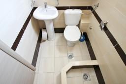 Ванная комната. Черногория, Петровац : Студия для 2-3 человек, с балконом