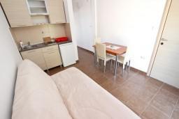 Гостиная. Черногория, Петровац : Апартаменты с отдельной спальней, с балконом с видом на море