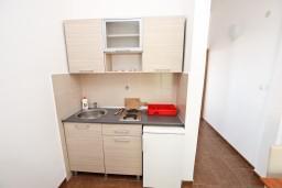 Кухня. Черногория, Петровац : Апартаменты с отдельной спальней, с балконом с видом на море