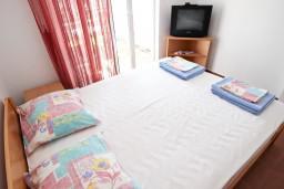 Спальня. Черногория, Петровац : Апартаменты с отдельной спальней, с балконом с видом на море