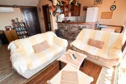 Гостиная. Черногория, Святой Стефан : Уютный апартамент для с отдельной спальней, с террасой с видом на море