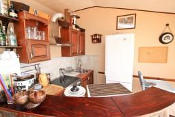 Кухня. Черногория, Святой Стефан : Уютный апартамент для с отдельной спальней, с террасой с видом на море