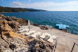 Ближайший пляж. Черногория, Добра Вода : 3-х этажный дом в Добра Вода, площадью 450м2 с 7-ю спальнями, с 4-ю ванными комнатами, с 2-мя большими гостиными, с большим бассейном, с террас открывается шикарный вид на море, с местом для барбекю