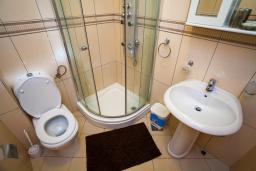 Ванная комната. Черногория, Добра Вода : 3-х этажный дом в Добра Вода, площадью 450м2 с 7-ю спальнями, с 4-ю ванными комнатами, с 2-мя большими гостиными, с большим бассейном, с террас открывается шикарный вид на море, с местом для барбекю