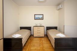 Спальня 3. Черногория, Добра Вода : 3-х этажный дом в Добра Вода, площадью 450м2 с 7-ю спальнями, с 4-ю ванными комнатами, с 2-мя большими гостиными, с большим бассейном, с террас открывается шикарный вид на море, с местом для барбекю