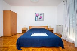 Спальня 3. Черногория, Добра Вода : Большой дом в Добра Вода, площадью 450м2 с 5-ю спальнями, с 6-ю ванными комнатами, с большим бассейном, с террас открывается шикарный вид на море, с местом для барбекю, с конференц-залом, с сауной