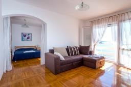 Гостиная. Черногория, Добра Вода : Большой дом в Добра Вода, площадью 450м2 с 5-ю спальнями, с 6-ю ванными комнатами, с большим бассейном, с террас открывается шикарный вид на море, с местом для барбекю, с конференц-залом, с сауной