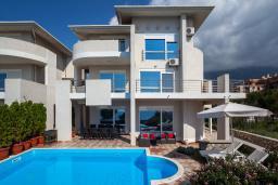 Фасад дома. Черногория, Добра Вода : 3-х этажный дом в Добра Вода, площадью 420м2 с 5-ю спальнями, с большой гостиной, с 6-ю ванными комнатами, с большим бассейном, с террас открывается шикарный вид на море, с местом для барбекю, с сауной