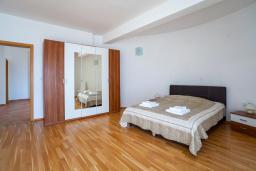 Спальня. Черногория, Добра Вода : 3-х этажный дом в Добра Вода, площадью 420м2 с 5-ю спальнями, с большой гостиной, с 6-ю ванными комнатами, с большим бассейном, с террас открывается шикарный вид на море, с местом для барбекю, с сауной