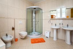 Ванная комната. Черногория, Добра Вода : 3-х этажный дом в Добра Вода, площадью 420м2 с 5-ю спальнями, с большой гостиной, с 6-ю ванными комнатами, с большим бассейном, с террас открывается шикарный вид на море, с местом для барбекю, с сауной