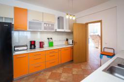 Кухня. Черногория, Добра Вода : 3-х этажный дом в Добра Вода, площадью 420м2 с 5-ю спальнями, с большой гостиной, с 6-ю ванными комнатами, с большим бассейном, с террас открывается шикарный вид на море, с местом для барбекю, с сауной