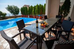 Терраса. Черногория, Добра Вода : 3-х этажный дом в Добра Вода, площадью 420м2 с 5-ю спальнями, с большой гостиной, с 6-ю ванными комнатами, с большим бассейном, с террас открывается шикарный вид на море, с местом для барбекю, с сауной