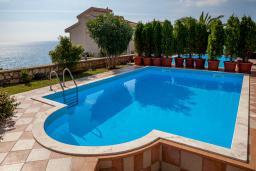 Бассейн. Черногория, Добра Вода : 3-х этажный дом в Добра Вода, площадью 420м2 с 5-ю спальнями, с большой гостиной, с 6-ю ванными комнатами, с большим бассейном, с террас открывается шикарный вид на море, с местом для барбекю, с сауной