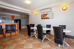 Обеденная зона. Черногория, Добра Вода : 3-х этажный дом в Добра Вода, площадью 420м2 с 5-ю спальнями, с 6-ю ванными комнатами, с большим бассейном, с террас открывается шикарный вид на море, с местом для барбекю, с большой гостиной