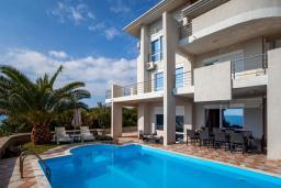 Фасад дома. Черногория, Добра Вода : 3-х этажный дом в Добра Вода, площадью 420м2 с 5-ю спальнями, с 6-ю ванными комнатами, с большим бассейном, с террас открывается шикарный вид на море, с местом для барбекю, с большой гостиной