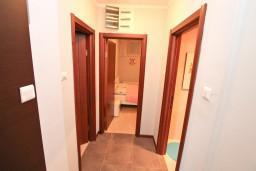 Коридор. Черногория, Доброта : Современный апартамент с отдельной спальней, с террасой с видом на море