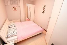 Спальня. Черногория, Доброта : Современный апартамент с отдельной спальней, с террасой с видом на море
