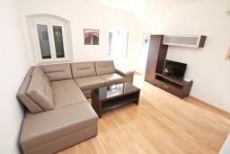 Гостиная. Черногория, Котор : Современный апартамент с отдельной спальней, с большой гостиной