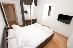 Спальня. Черногория, Котор : Современный апартамент с отдельной спальней, с большой гостиной
