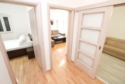 Коридор. Черногория, Котор : Современный апартамент с отдельной спальней, с большой гостиной