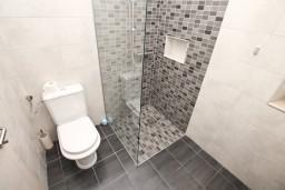 Ванная комната. Черногория, Котор : Современный апартамент с отдельной спальней, с большой гостиной
